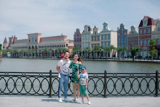 Cả gia đình Đăng Khôi thích thú trước vẻ đẹp hiện đại pha chút cổ điển của những góc phố châu Âu được tái hiện dọc bờ sông.