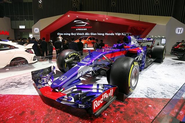 Mẫu xe đua Công thức 1 của đội đua Redbull Toro Rosso Honda được trang bị khối động cơ Honda RA618H.