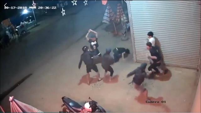Hình ảnh nhóm thanh niên hỗn chiến chém 2 người bị thương (ảnh cắt từ clip)