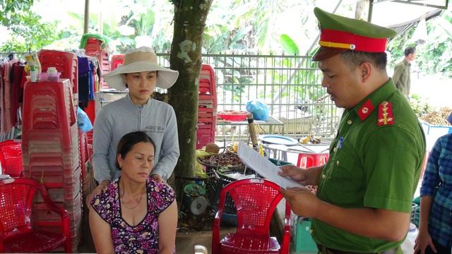 Cơ quan công an tống đạt các quyết định đối với Hồ Thị Kim Sa