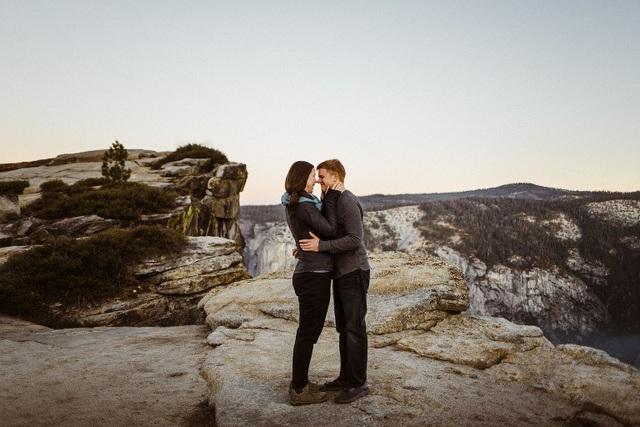 Dù tiềm ẩn nhiều nguy hiểm nhưng vách đá Taft Point, Mỹ, đã trở thành điểm đến cầu hôn lý tưởng của nhiều cặp đôi