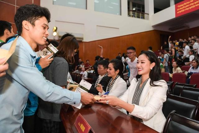 Maya và Hoàng My ký tặng sách cho sinh viên.