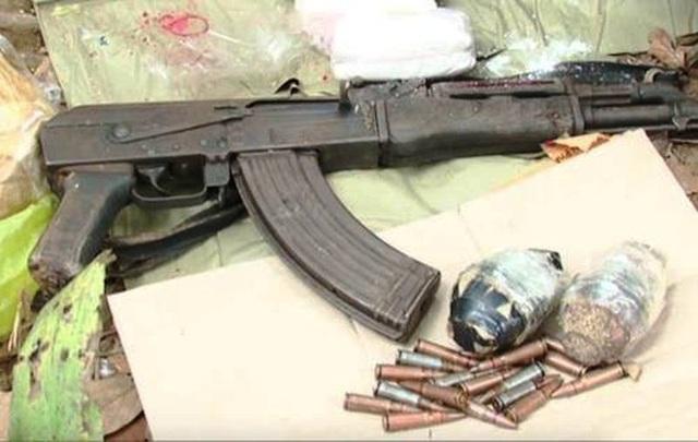 Khẩu súng AK, 2 quả lựu đạn và nhiều viên đạn cảnh sát thu giữ được tại hiện trường. (Ảnh: công an cung cấp)