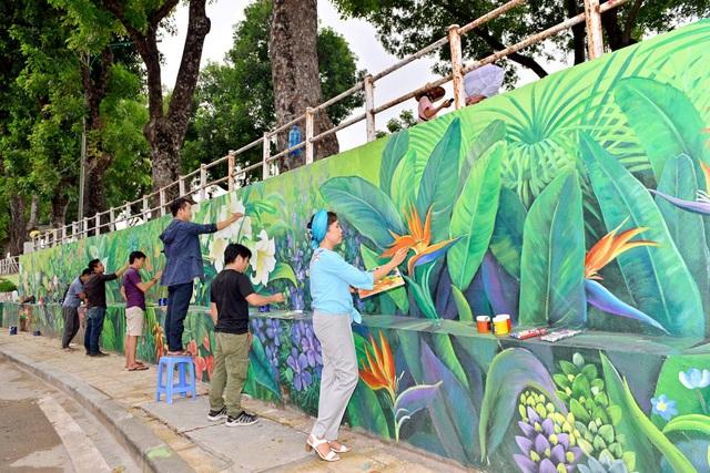 Nhóm hoạ sĩ gồm 6 người đã dồn mọi tâm huyết cho từng nét vẽ để bức tường hoa trở nên sống động nhất.
