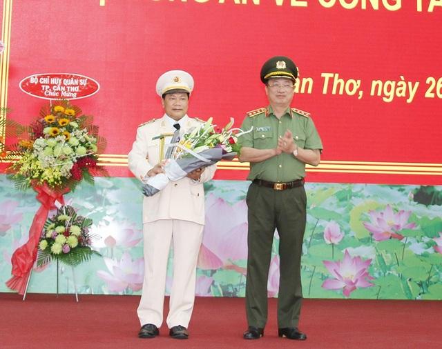 Thứ trưởng Nguyễn Văn Thành, trao Quyết định của Bộ trưởng Công an và tặng hoa Đại tá Nguyễn Văn Thuận, Giám đốc Công an TP Cần Thơ.