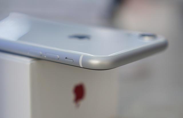 """iPhone XR đầu tiên về Việt Nam, giá """"chát"""" lên tới 23,9 triệu đồng - 7"""