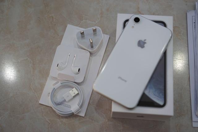 """iPhone XR đầu tiên về Việt Nam, giá """"chát"""" lên tới 23,9 triệu đồng - 3"""