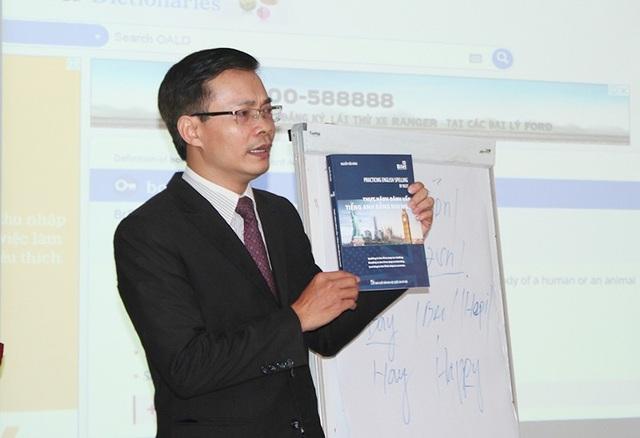 Tác giả Nguyễn Tiến Nùng giới thiêu một cuốn sách trong bộ sách Nhị ngữ