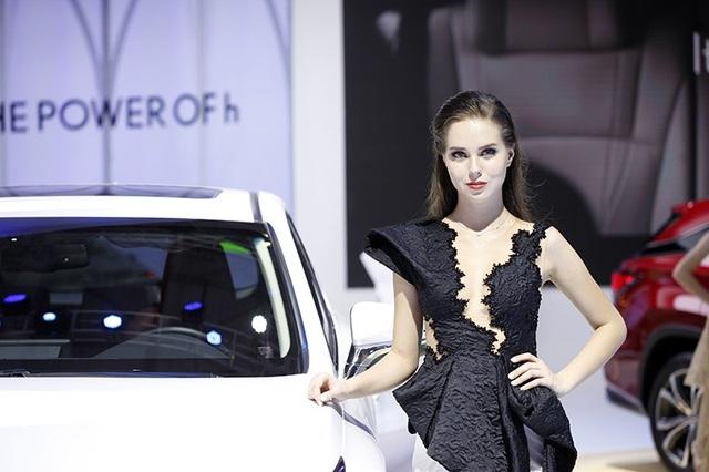 Có không ít người mẫu ngoại quốc tô điểm cho gian hàng của các hãng xe tại VMS 2018