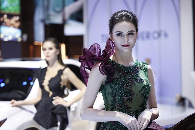 Những bóng hồng rực rỡ tại Triển lãm Vietnam Motor Show 2018 - 11