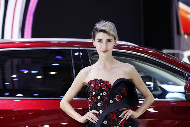 Những bóng hồng rực rỡ tại Triển lãm Vietnam Motor Show 2018 - 14