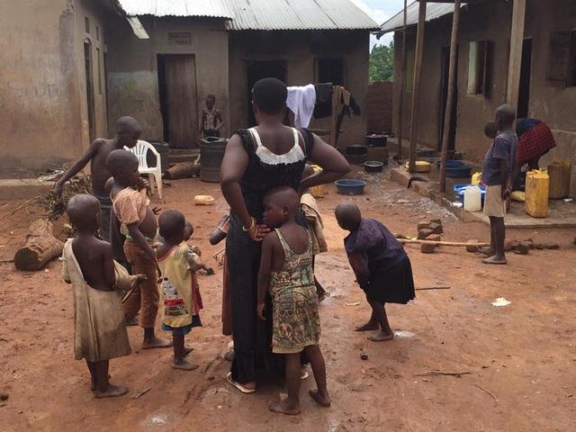 Khó tin bà mẹ một mình nuôi dưỡng gần... 50 người con - 3