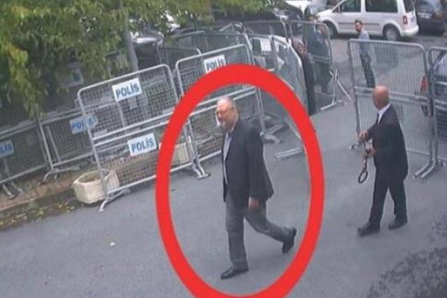 Nhà báo Khashoggi bước vào lãnh sự quán Ả rập Xê út hôm 2/10. (Ảnh: NYT)