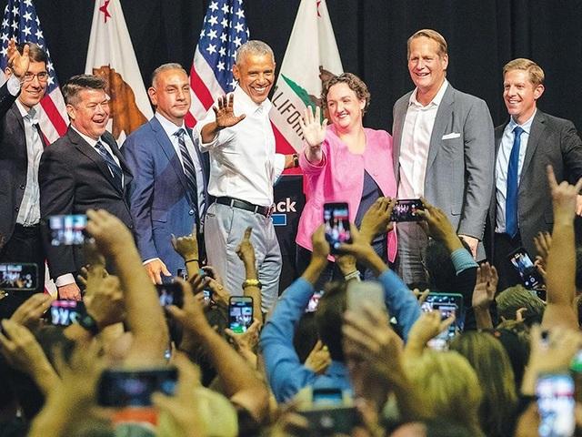 Cựu tổng thống Dân chủ Mỹ Barack Obama (giữa) và các ứng viên Dân chủ trong cuộc vận động tranh cử tại TP Anaheim, Quận Cam, bang California ngày 8-9. Ảnh: APPEAL DEMOCRAT