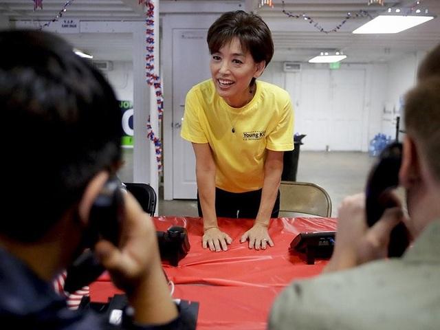 Ứng viên Cộng hòa Young Kim nói chuyện với những người tình nguyện làm việc trong văn phòng tranh cử của bà ở TP Yorba Linda, bang California. Ảnh: AP