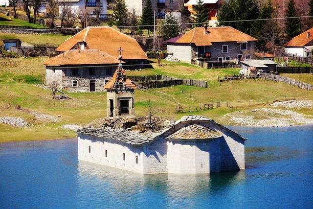 7 địa điểm ngập chìm trong nước kỳ lạ trên thế giới - 5