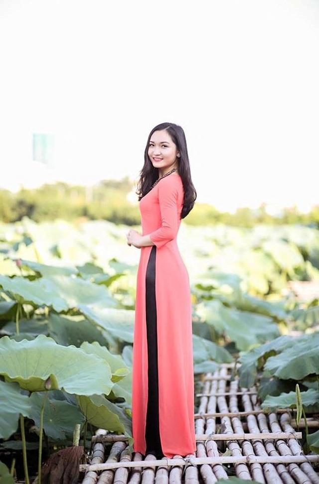 Linh cho biết hiện tại với công việc ca hát Linh có thêm thu nhập với các hoạt động kinh doanh khác, như trang trí, cắm hoa, làm bánh. Linh có thể tự chi trả cuộc sống và phụ giúp cha mẹ ngay từ khi còn ngồi trên ghế nhà trường.