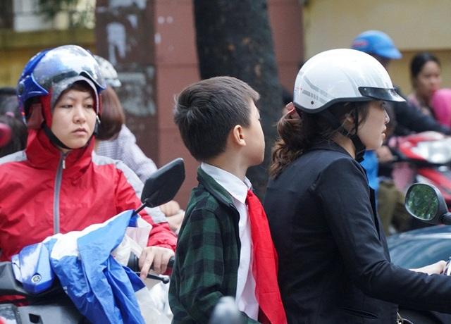Có trường hợp phụ huynh không trang bị mũ bảo hiểm cho con vì trường gần nhà, quãng đường đi ngắn.