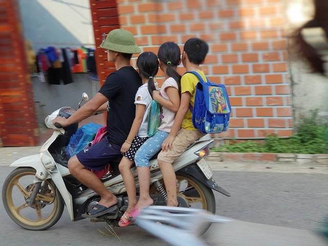 Một trường hợp chở bốn, không đội mũ bảo hiểm khi đưa trẻ tới trường.