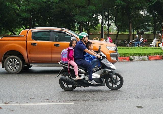Hà Nội: Nhiều phụ huynh không đội mũ bảo hiểm cho con khi đưa trẻ tới trường - 8
