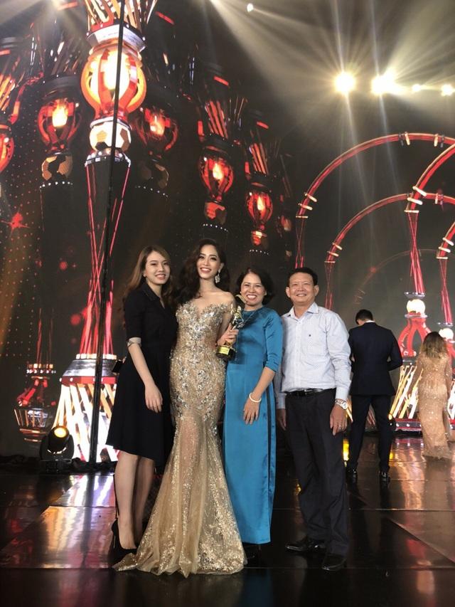 Người thân của Phương Nga cũng có mặt trong đêm chung kết Miss Grand Intetnational 2018 để cổ vũ cho cô.
