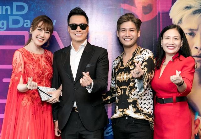 """Quế Vân – Việt Anh chia sẻ, cả hai đã tranh thủ vài giờ đồng hồ bay từ Hà Nội vào Sài Gòn để chúc mừng """"con nuôi"""" Ngọc Sơn – ca sĩ trẻ SunD ra mắt sản phẩm âm nhạc."""
