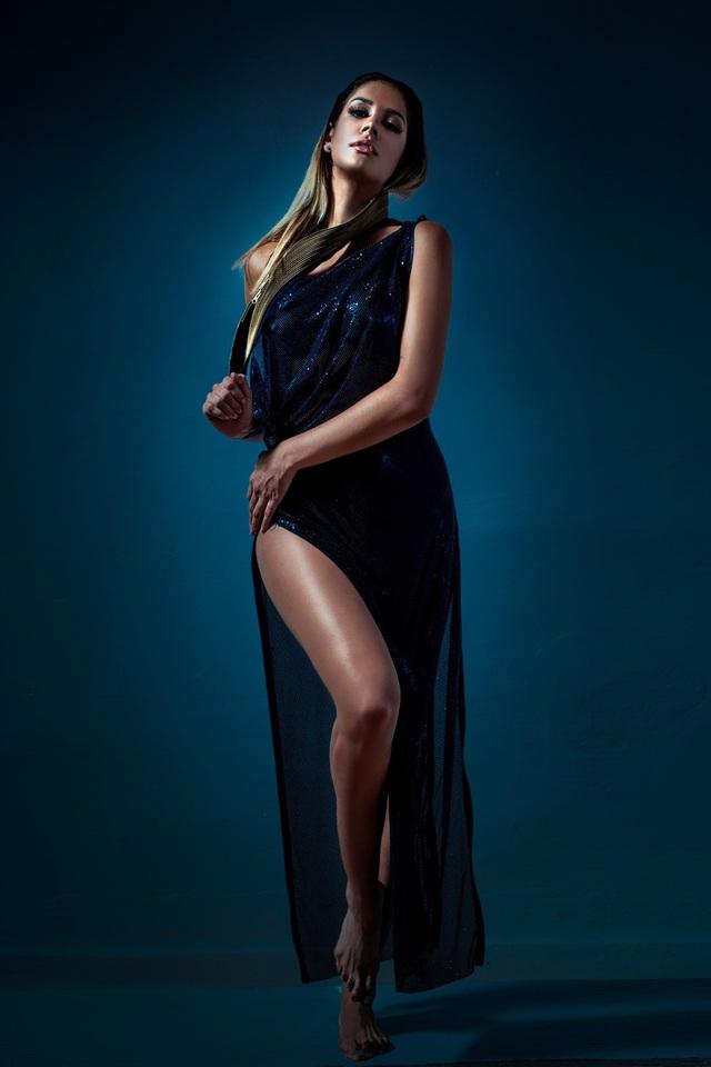 Diệu Huyền bày tỏ sự ngưỡng mộ với vẻ đẹp của Miss Earth 2013, Alyz Henrich. Alyz Henrich đăng quang Hoa hậu Trái đất 2013 ở Philippines khi cô 22 tuổi với chiều cao 1m76.