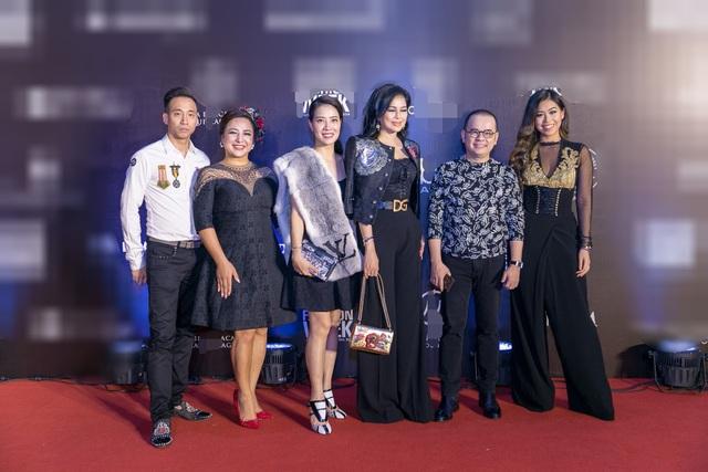 Biểu tượng nhan sắc - nữ diễn viên Thuỷ Tiên - bà xã vua hàng hiệu Johnathan hạnh nguyễn (thứ 3 từ phải sang) và con gái Thảo Tiên (ngoài cùng bên phải) cùng chọn phong cách sành điệu, sang chảnh hút mắt.