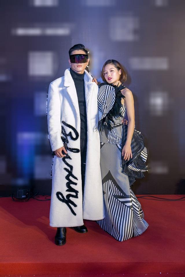 Nối tiếp người thầy của mình là siêu mẫu Võ Hoàng Yến, Nicki Minaj Tuấn Kiệt The Face tiếp tục vác lông thú lên thảm đỏ bên cạnh Trâm Anh.