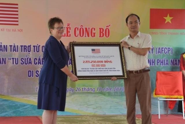 Bà Molly Stephenson, Tham tán Văn hóa - Thông tin Đại sứ quán Hoa Kỳ trao khoản tài trợ dự án cho đại diện Trung tâm bảo tồn di sản Thành nhà Hồ.