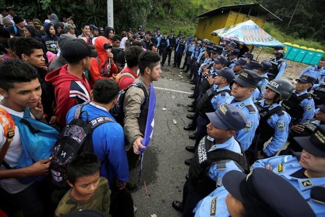 Người tị nạn và cảnh sát đối đầu nhau tại khu vực biên giới. (Ảnh: Reuters)