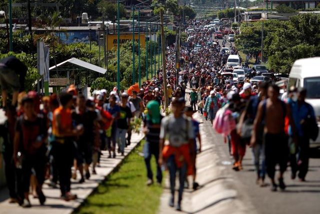 Đoàn người tị nạn đi bộ trên cao tốc dọc biên giới Guatemala - Mexico. (Ảnh: Reuters)