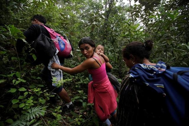 Những người phụ nữ vượt qua biên giới Honduras - Guatemala (Ảnh: Reuters)