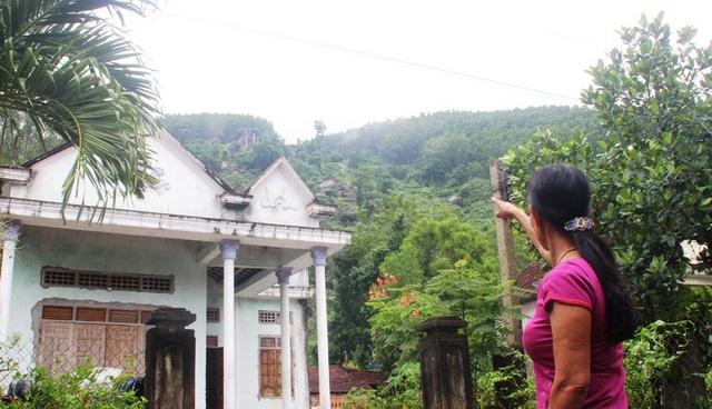 Hàng chục hộ dân thôn Trà Cong nơm nớp lo sợ đá từ trên núi lăn xuống nhà dân.