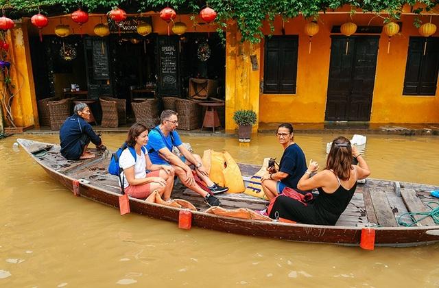 Mùa lũ lụt ở Hội An cũng là một trải nghiệm thú vị dành cho du khách