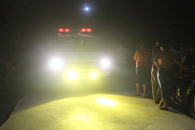 Chiếc xe cứu thương chở thi thể 4 nạn nhân trở về trong nỗi đau đớn tột cùng của người thân.
