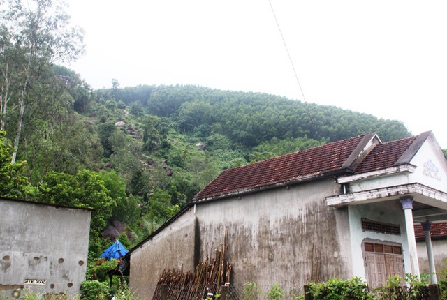 Các hộ dân ở gần chân núi Trà Cong sống trong lo lắng nhất là mùa mưa đang cận kề.