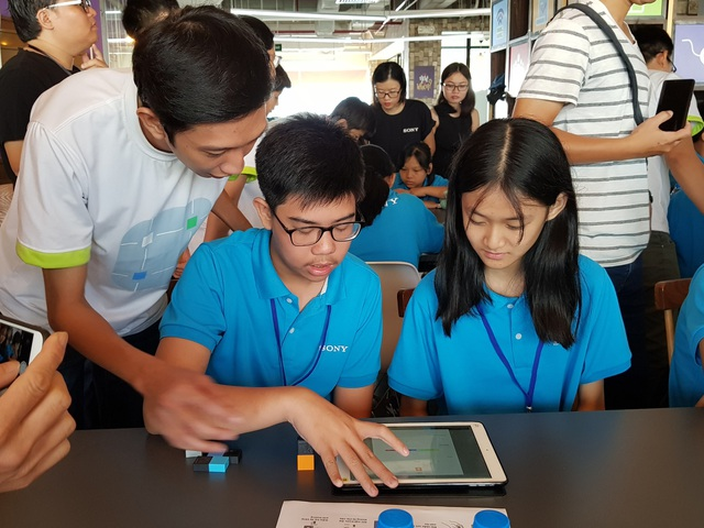 Các em học sinh tự tay thiết lập các chuỗi tự động hóa