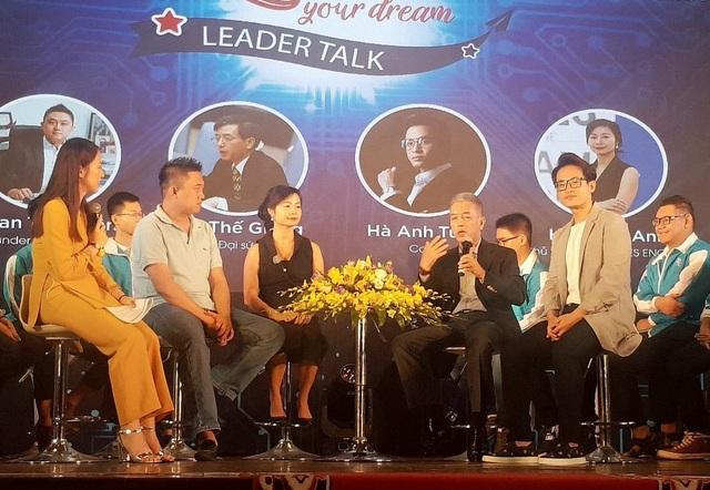 Ca sĩ Hà Anh Tuấn (ngoài cùng bên phải ảnh) chia sẻ kinh nghiệm sử dụng tiếng Anh của mình