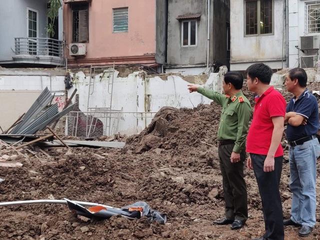 Thiếu tướng Đoàn Duy Khương (trái) - Giám đốc Công an Hà Nội có mặt tại hiện trường vụ sập nhà (Ảnh: Quang Phong)