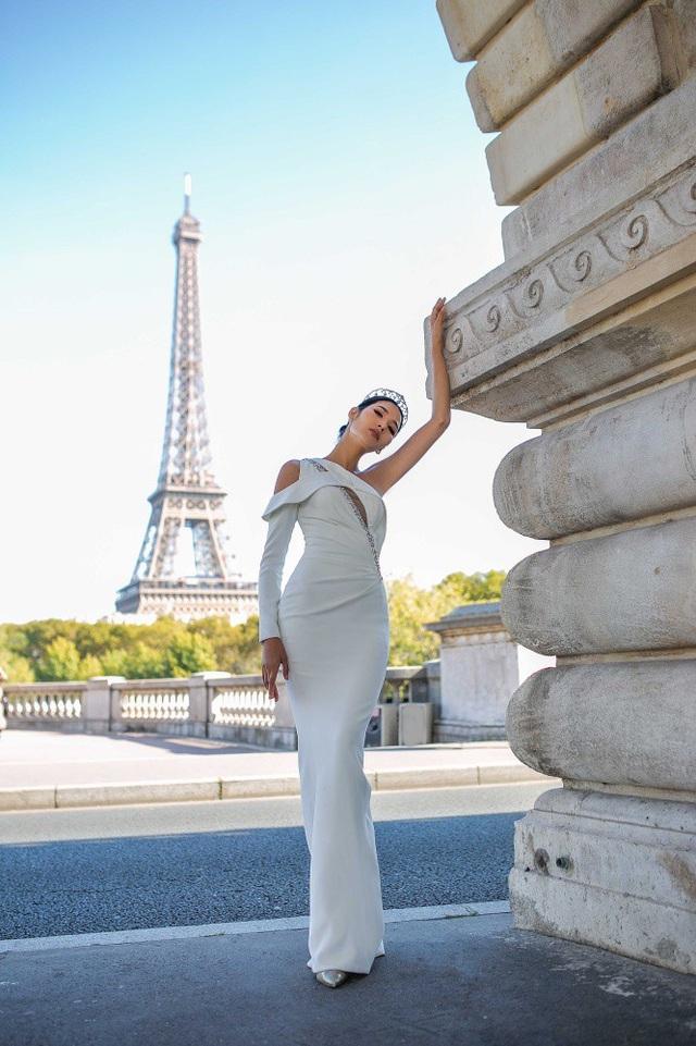 Cô quyết định lưu giữ tất cả cảm xúc ấy vào trong bộ ảnh. Hoàng Thuỳ diện những bộ đầm dạ hội mang phong cách gợi cảm, hiện đại, kiểu dáng ôm khít tôn đường cong cơ thể.