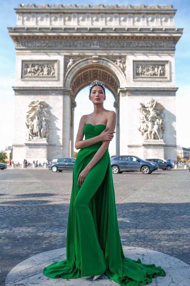 Ngoài tháp Eiffel, sông Seine, nhà thờ Đức Bà, bảo tàng Louvre..., Khải Hoàn Môn là một trong 10 công trình biểu tượng thu hút đông khách du lịch khi đến Paris.