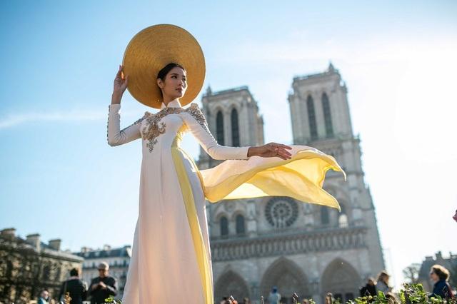 Tuy nhiên, khi biết Hoàng Thùy là Á hậu 1 Hoàn vũ Việt Nam, du khách và người dân vô cùng thích thú, dành cho cô nhiều lời khen và xin chụp ảnh cùng.