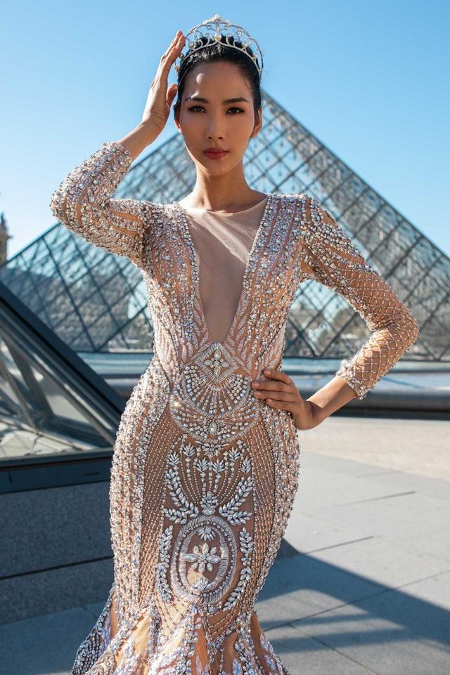 Trong chuyến đi Paris mới đây, Á hậu Hoàng Thùy có những tiết lộ thú vị. Pháp là nơi mà Á hậu Hoàng Thùy vô cùng yêu thích. Đó là lý do cô mang vương miện theo mình trong chuyến đi và đưa vào bộ ảnh đặc biệt được thực hiện tại đây.