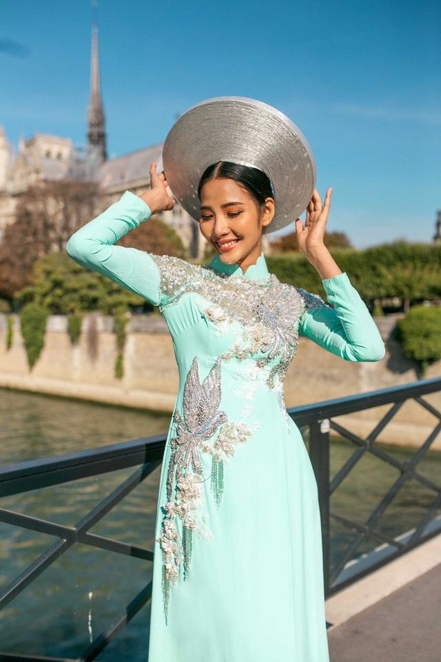 Hoàng Thùy bật mí, vì chụp ảnh ở những địa điểm du lịch nổi tiếng của Paris nên ekip khá khó khăn trong việc chụp ảnh thời trang, do có nhiều người qua lại.