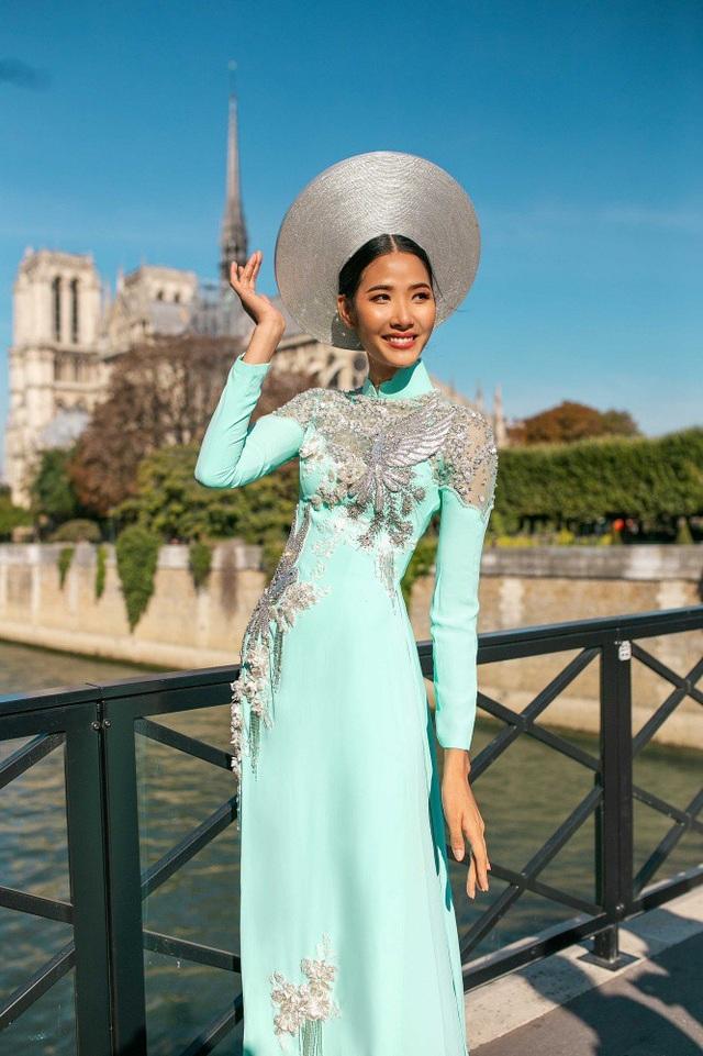 Bên cạnh đó, khi khoác lên người bộ áo dài họa tiết hoàng gia và chim bồ câu hòa bình, Á hậu Hoàng Thùy vô cùng dịu dàng đằm thắm giữa một Paris thơ mộng giàu chất thơ.