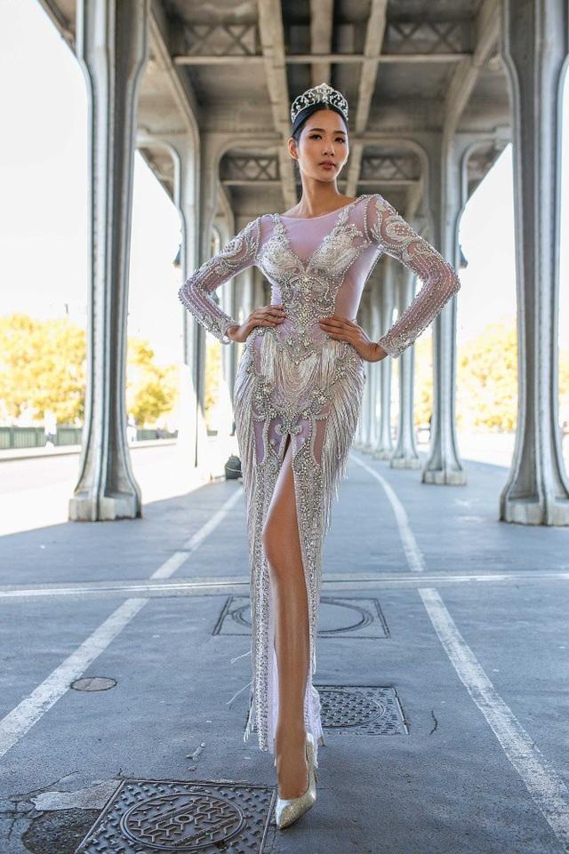 Á hậu còn chia sẻ, đến nước Pháp, cô nghĩ ngay đến Iris Mittenaere - Hoa hậu Hoàn vũ Thế giới 2016. Hoàng Thùy rất ngưỡng mộ Iris vì vẻ đẹp thanh lịch, tinh tế, tri thức, cùng giọng nói nhẹ nhàng đặc trưng của phụ nữ Pháp.