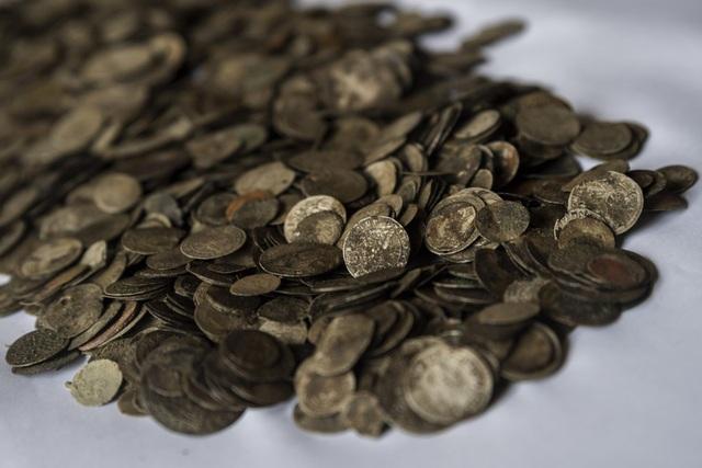 Hơn 2.000 đồng xu vàng đã lộ dần ra khi mực nước sông Danube cạn ở mức kỷ lục. (Nguồn: Hungary Today)