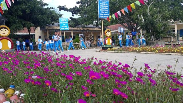 Thực hiện hoạt động Giờ ra chơi trải nghiệm khoa học sáng tạo, giáo viên và học sinh trường Tiểu học Nam Hà đã cùng trồng, chăm sóc hoa tươi, cây xanh... nhằm tạo ra không gian vui chơi sinh động. Một số đồ chơi, vật dụng trang trí được chế tạo từ vật liệu phế thải khá đẹp mắt.