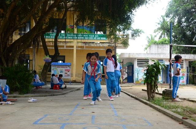 Thay vì chạy nhảy, nô đùa trong không gian nắng nóng, giờ đây học sinh trường Tiểu học Nam Hà thích thú tham gia các trò chơi trải nghiệm mới.